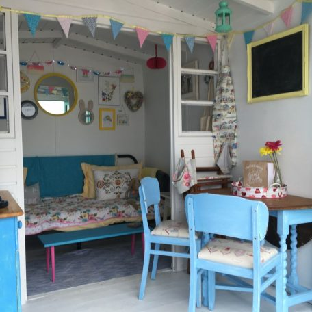 Beach hut hire isla for Beach hut decor